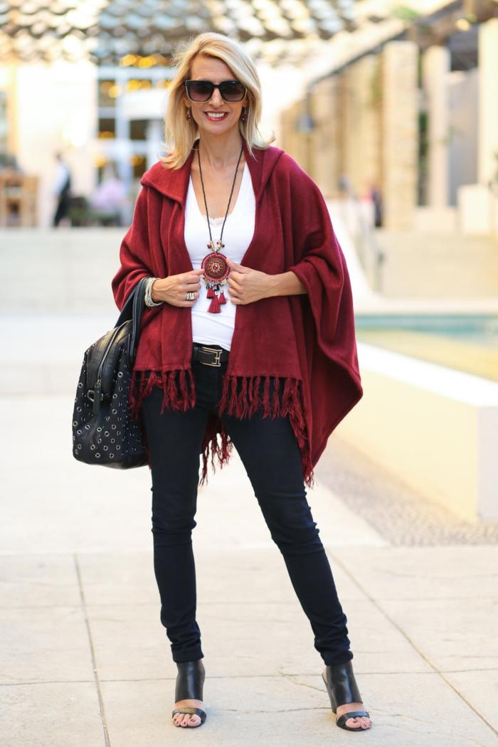 rote-Poncho-Jacke-schwarze-Hosen-Sandalen-Sonenbrille