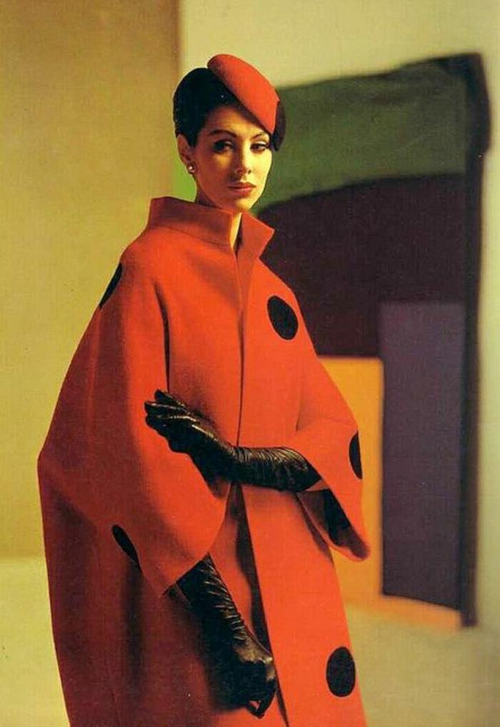 roter-Mantel-kokette-rote-mütze-französischer-Stil-Leder-Handschuhe-Eleganz-Stil