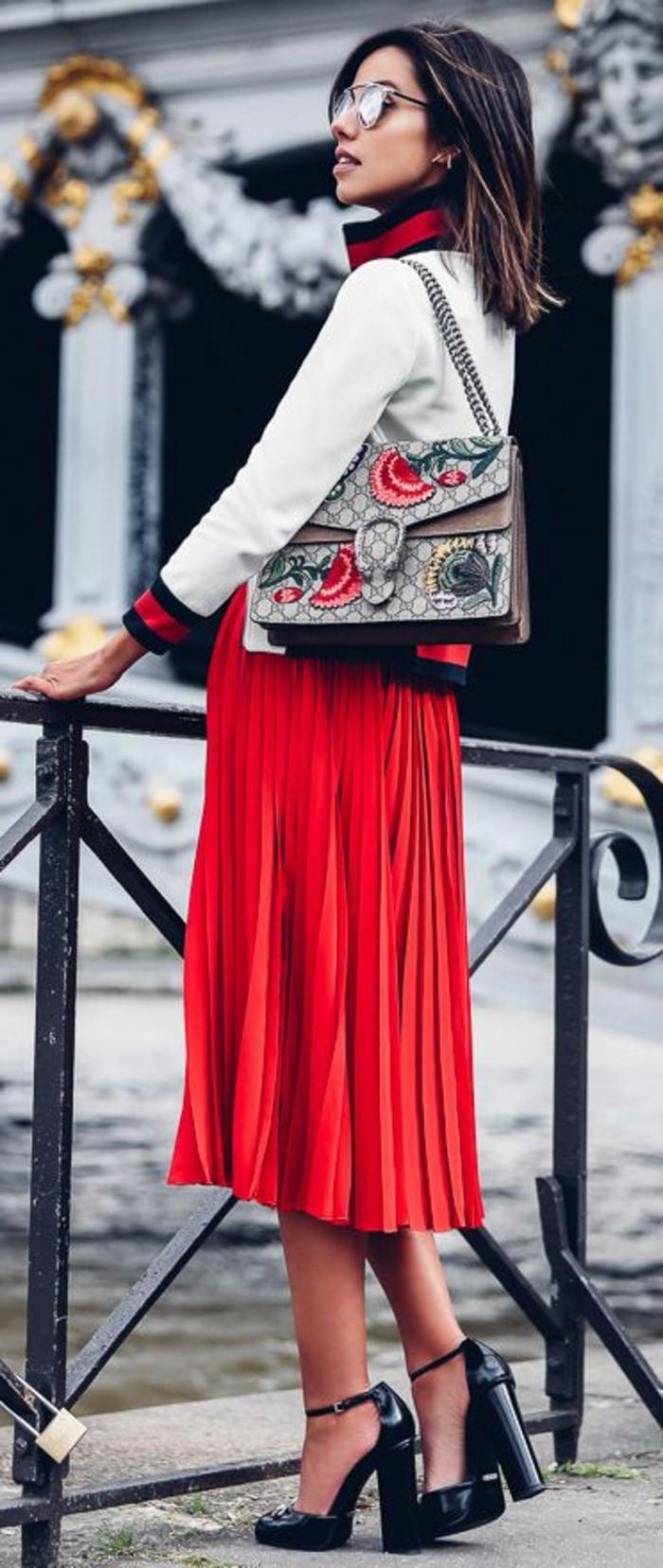 rotes-kleid-schuhe-eleganter-ausgefallener-look-rot-weiss-schwarz-moderne-schuhe-gucci-tasche