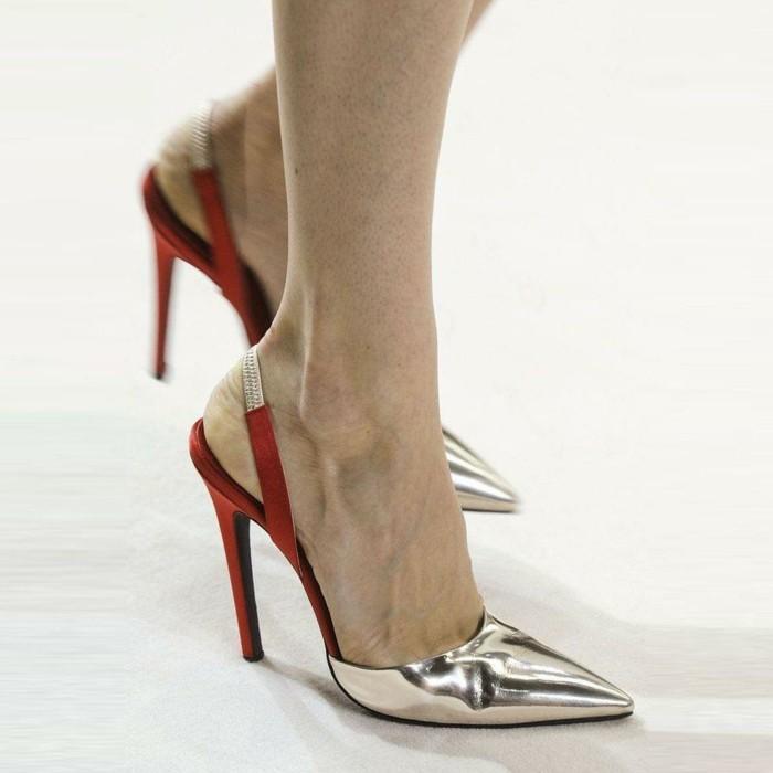 rotes-kleid-schuhe-glaenzende-schuhe-golden-silbern-absaetze-spitze-vorne-elegant-aussehen