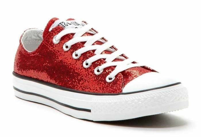 rotes-kleid-welche-schuhe-glaenzende-sneaker-schuhe-weiss-und-rot-tolle-kombination-mit-rotem-kleid