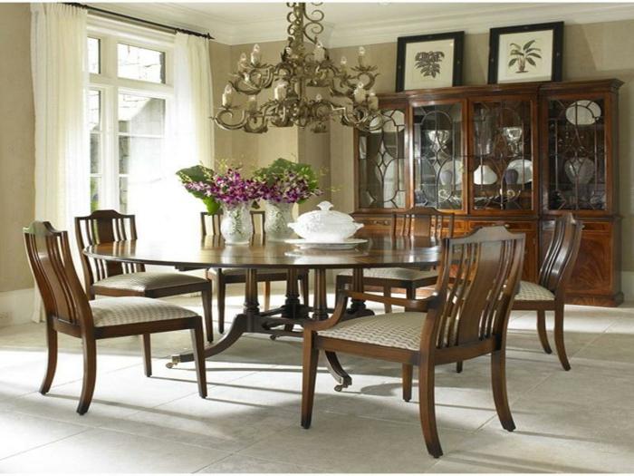 runder-Esstisch-Glas-aristokratische-Atmosphäre-lila-Blumen-stilvolles-Interieur
