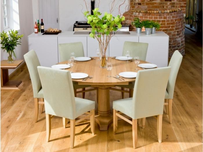 runder-Esstisch-Holz-beige-Stühle-Tischdekoration-Teller-Gläser-gemütliches-Interieur