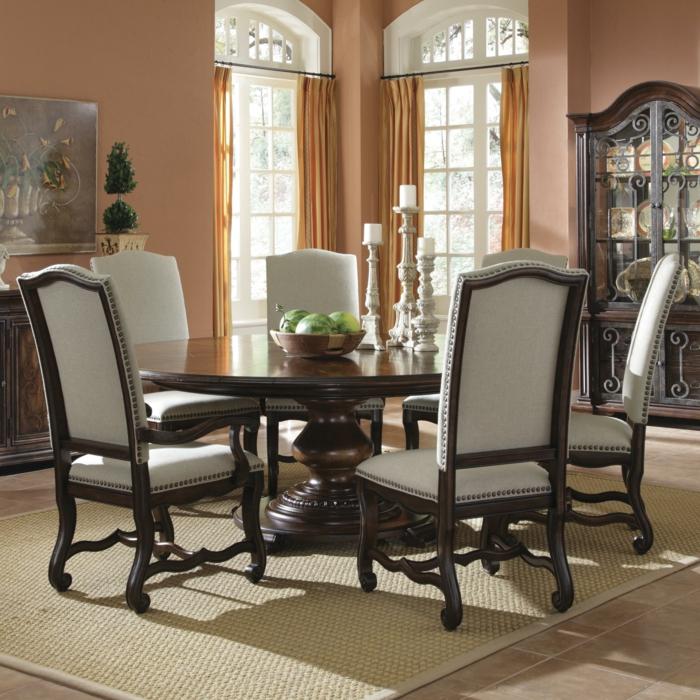 runder-Esstisch-Holz-graue-Stühle-Textil-Kerzenhalter-Schale-Wassermelonen-aristokratisches-Interieur