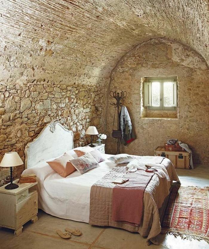 rustik-eingerichtetes-Schlafzimmer-Bogen-Decke-Stein-retro-Teppich-vintage-Nachttisch-landhausstil