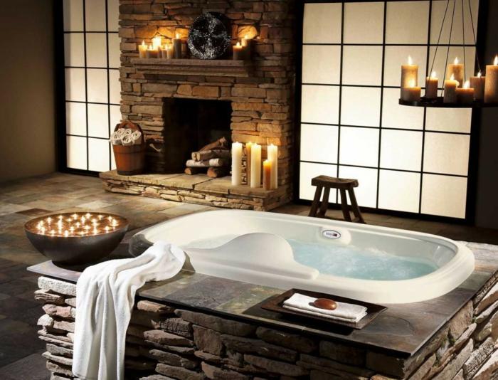 rustikale-Badezimmer-Einrichtungsidee-Badewanne-Hocker-Kamin-Steine-Kerzen-Tücher