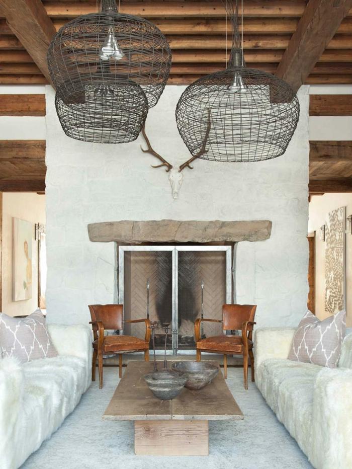 rustikales-Interieur-moderne-Möbel-Geweih-Kamin-Sofas-Stühle-Kaffeetisch-Landhausstil