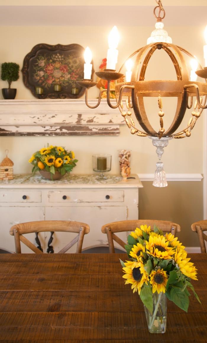 rustikales-Interieur-vintage-Kronleuchter-weiße-Küchenschrank-Sonnenblumen
