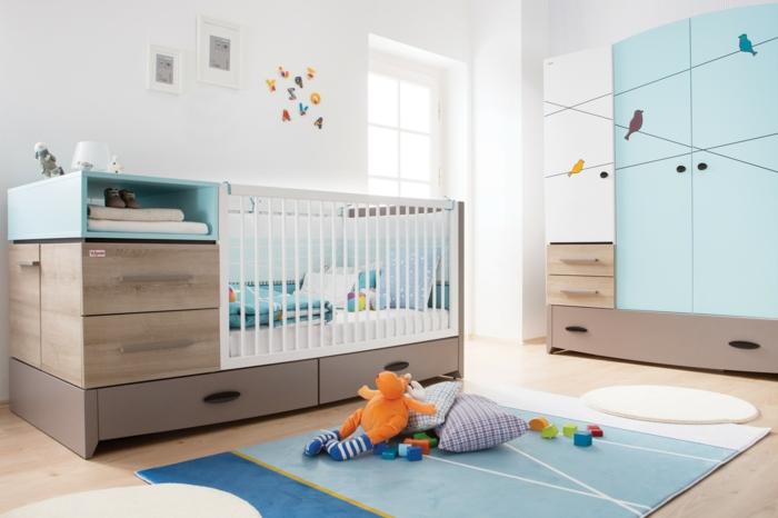 süß-ausgestattetes-Kinderzimmer-blauer-Schrank-Vögel-Zeichnungen-Babybett-