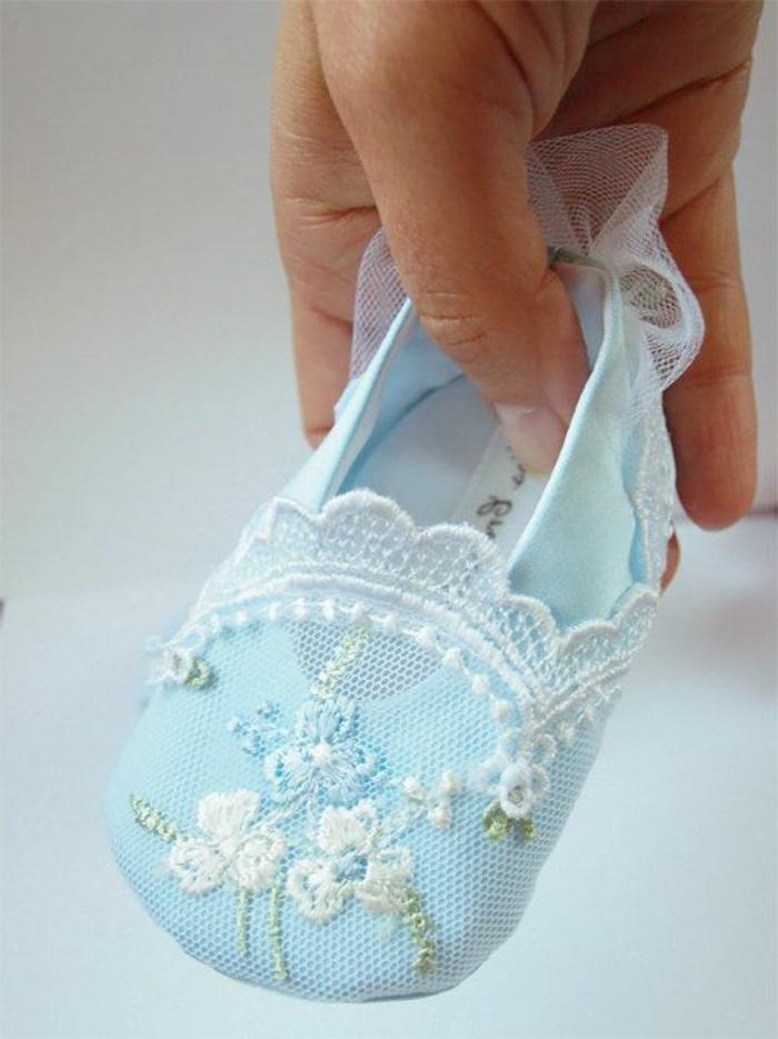 süße-Baby-Hausschuhe-blau-kokettes-Modell