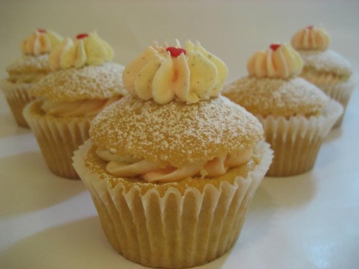 süße-Cupcakes-Vanille-Erdbeeren-perfekte-Kombination