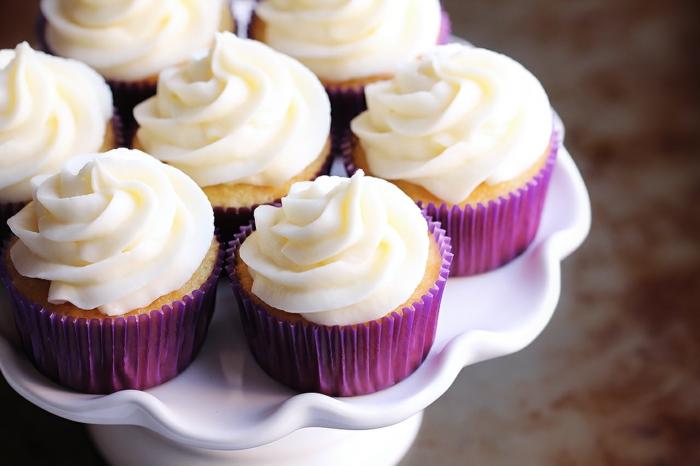 süße-Vanille-cupcakes-lila-Glanzverpackung