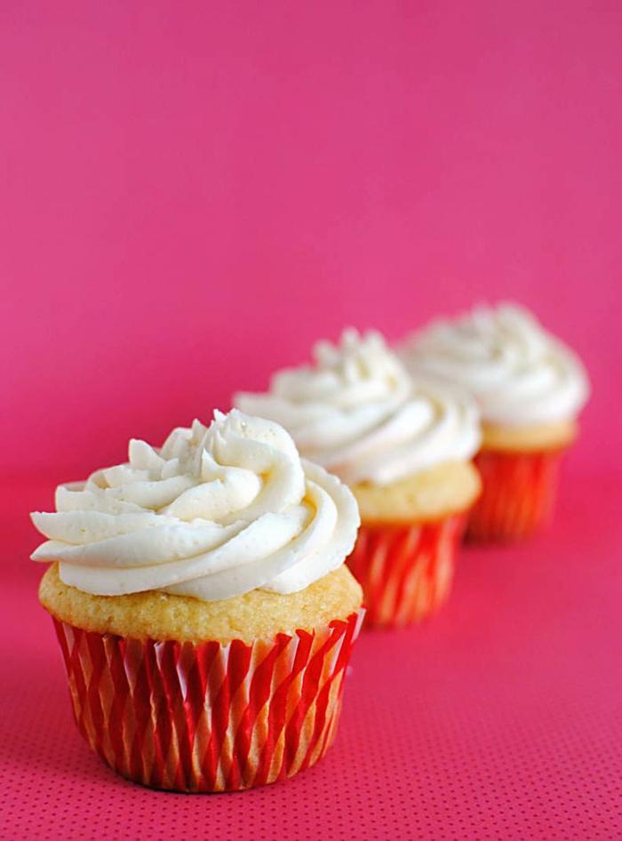 süße-attraktive-Cupcakes-Vanille-Creme