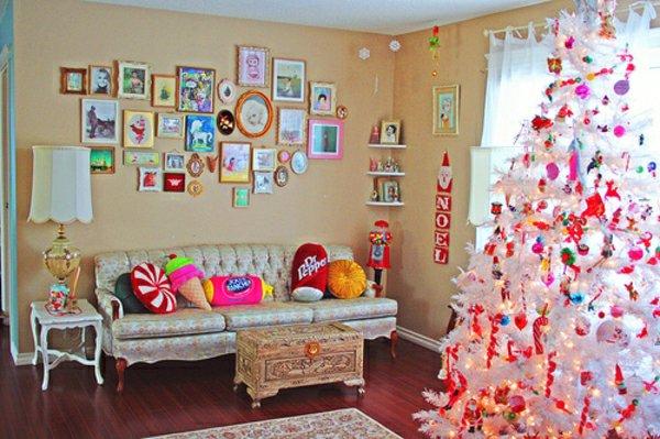süße-kokette-Weihnachtsdekoration-weihnachtsbaum-künstlich-weiss-bunter-Schmuck