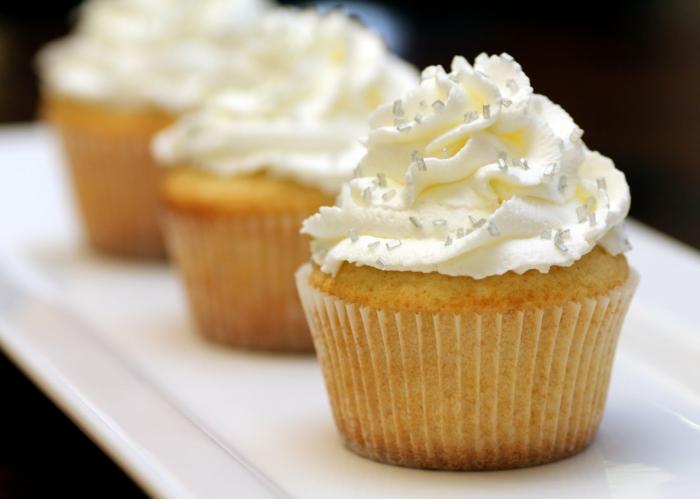 süße-vanille-cupcakes-silberne-Dekoration-Späne