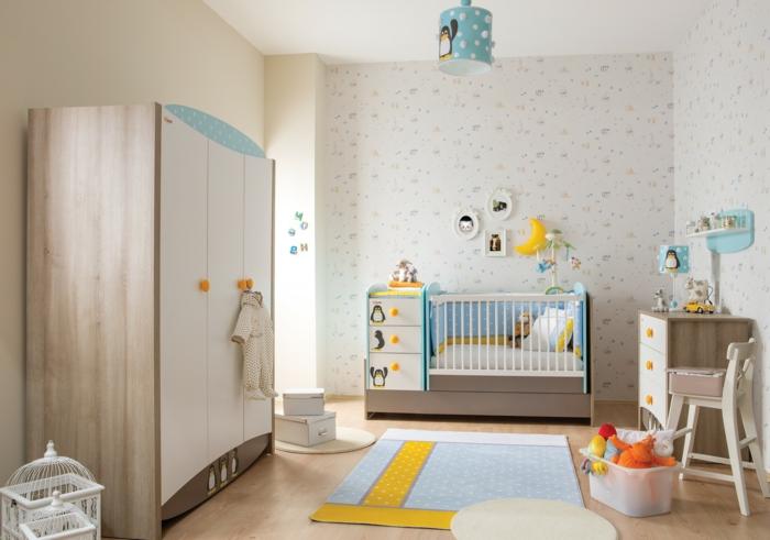 süßes-Kinderzimmer-Pinguin-Motive-Möbel-interessantes-design-Babybett-Kommode-Kleiderschrank-groß-viele-Plüschtiere