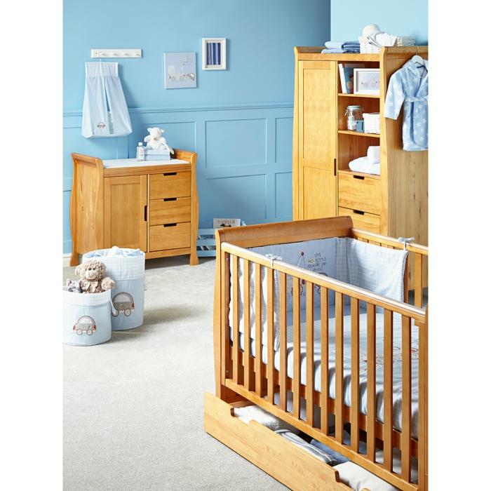 süßes-Kinderzimmer-für-Jungen-blaue-Wände-hölzerne-Möbel-Babybett-Schrank-einfaches-Design-Kommode-Spielzeuge