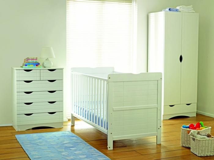 süßes-Kinderzimmer-grüne-Möbel-Rattankörbe-Plüschtiere-blauer-Teppich-Kommode-schmaler-Schrank-Babybett
