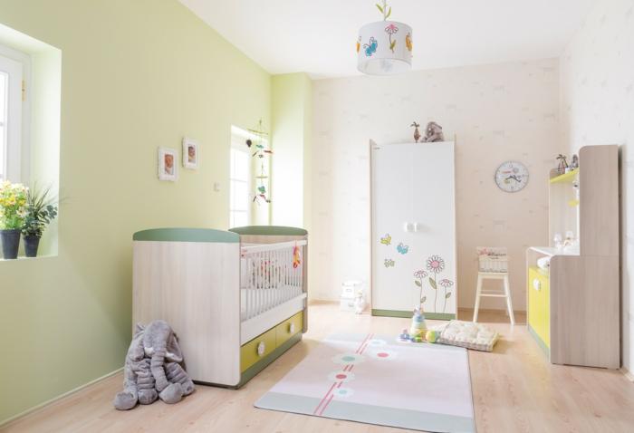 süßes-kokettes-Kinderzimmer-Schrank-Schmetterlinge-Blumen-Zeichnungen