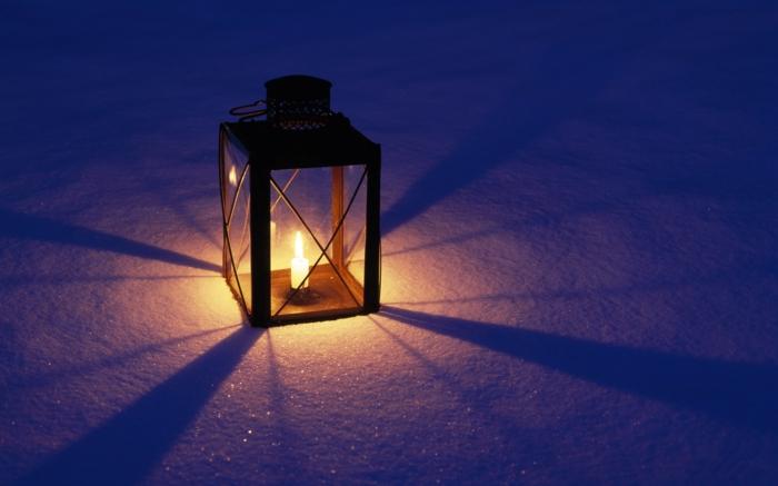 schöne-kerzen-eine-wunderschöne-lampe-auf-dem-schnee