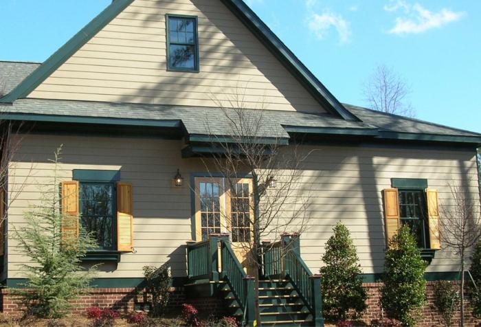 schönes-Haus-Garten-Treppen-Fenster-Läden-Holz