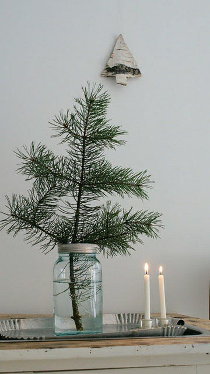 schlichte-weihnachtliche-Tischdeko-Einmachglas-Tannenzweige-Kerzen