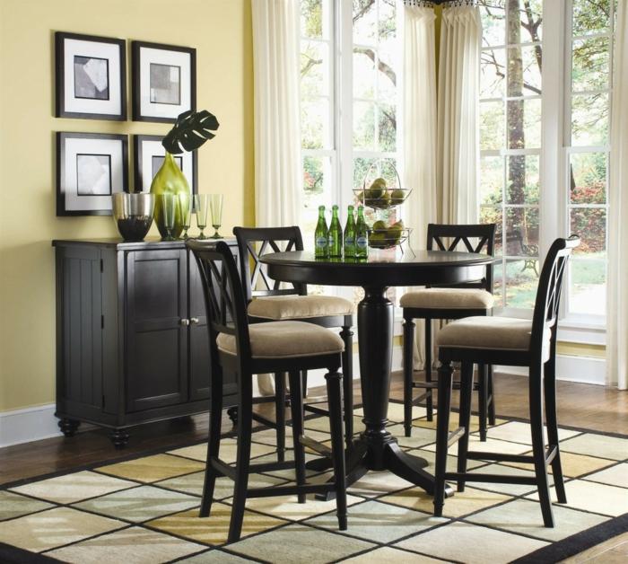schlichtes-Interieur-elegante-Möbel-Holz-runder-Tisch-Bierflaschen-Früchte