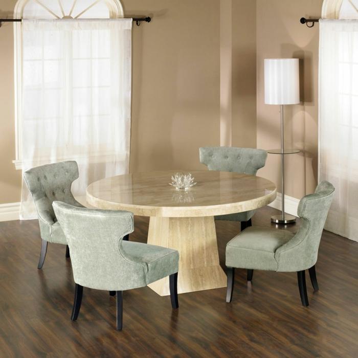 schlichtes-Interieur-runder-Tisch-Samt-Sessel-olivengrün