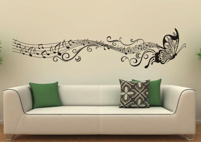 schmetterlinge-deko-weißes-sofa-mit-grünen-dekokissen