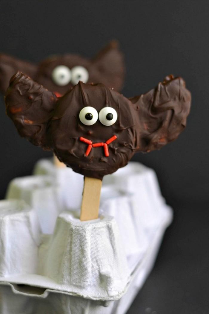 schokoladen fledermaus keks mit weißen augen rotem mund halloween essen kinder schoko cookies