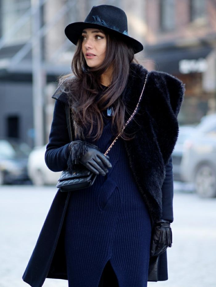 schwarz-blaue-Kombination-Hut-kleine-Chanel-Tasche-Wintermanterl-Damen-Pelzkragen