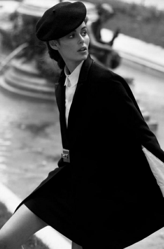 schwarz-weißes-Fashion-Foto-klassischer-Outfit-weißes-Hemd-französische-Mütze