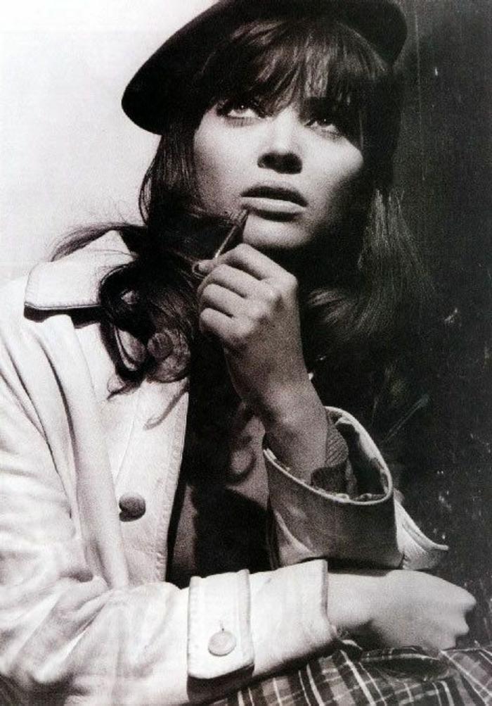 schwarz-weißes-retro-Foto-Anna-Karina-Barett-Mütze