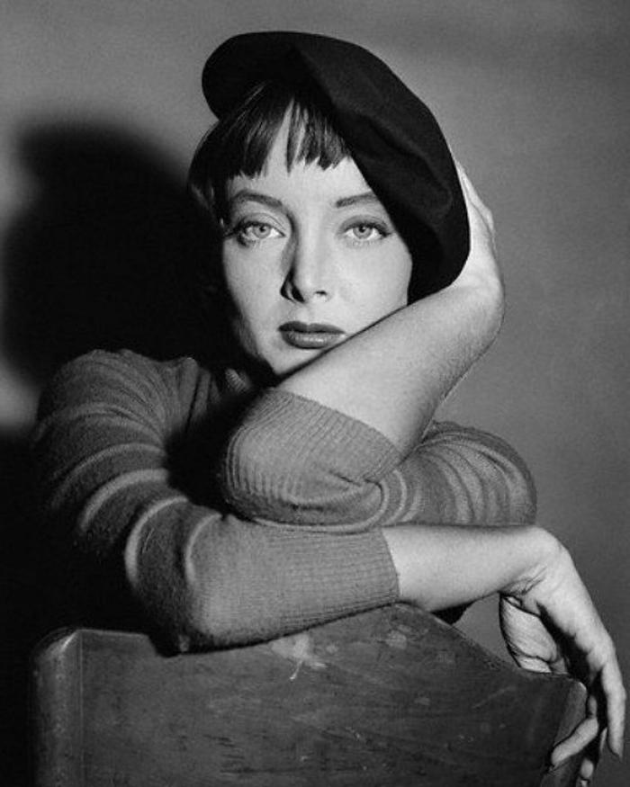 schwarz-weißes-retro-Foto-Carolyn-Jones-schwarzes-Barett-schick