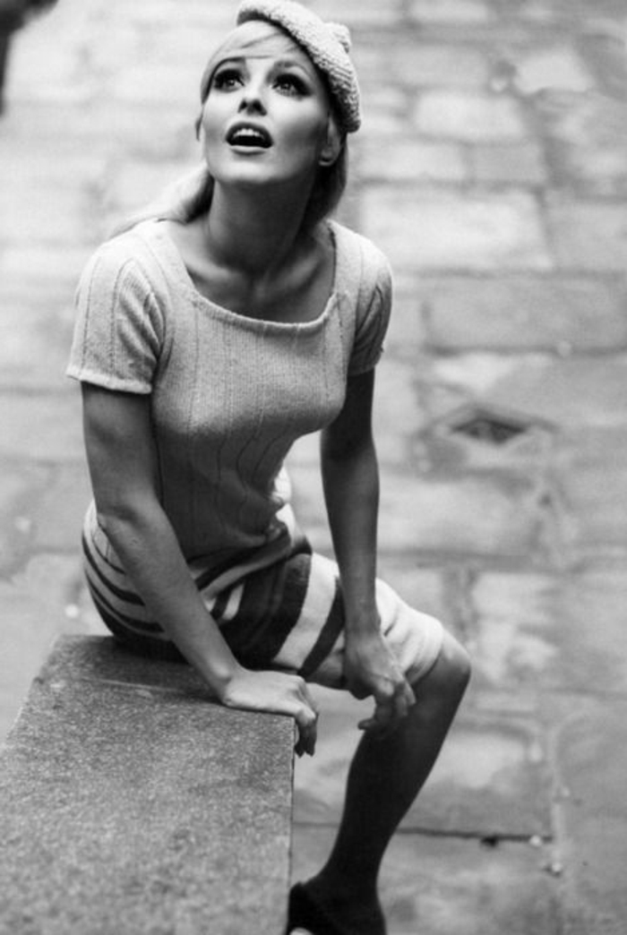 schwarz-weißes-retro-Foto-Sharon-Tate-gestricktes-Barett