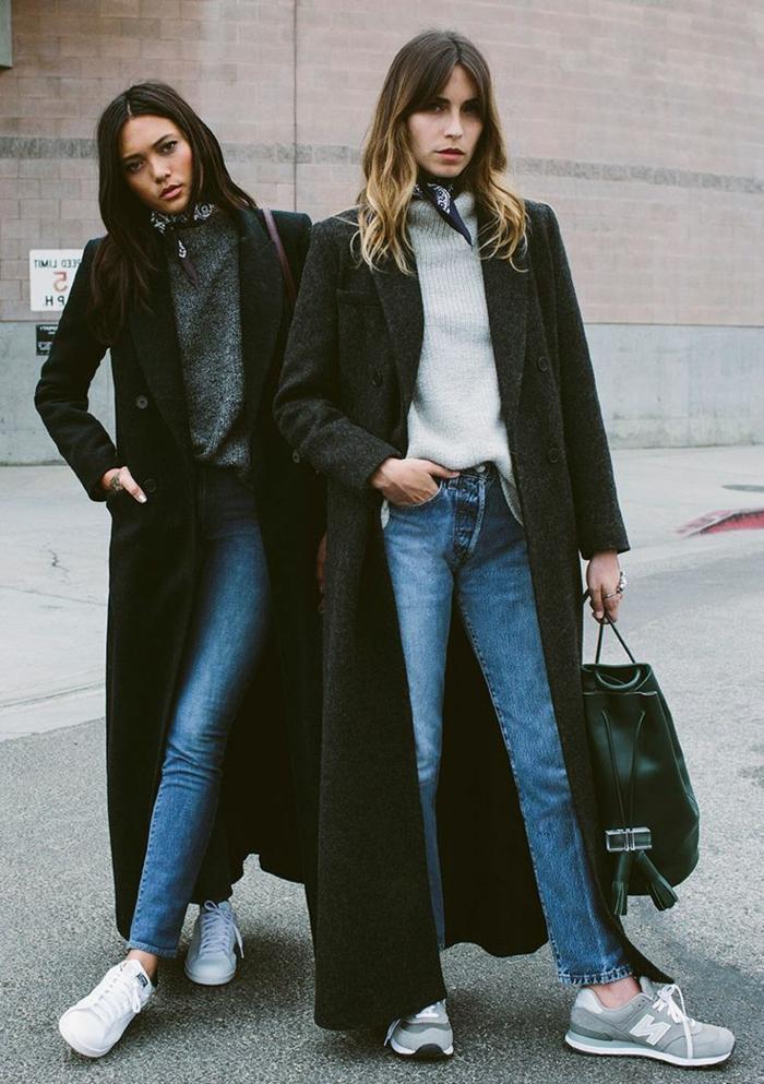 schwarze-Mäntel-maxi-Modelle-Jeans-Turnschuhe