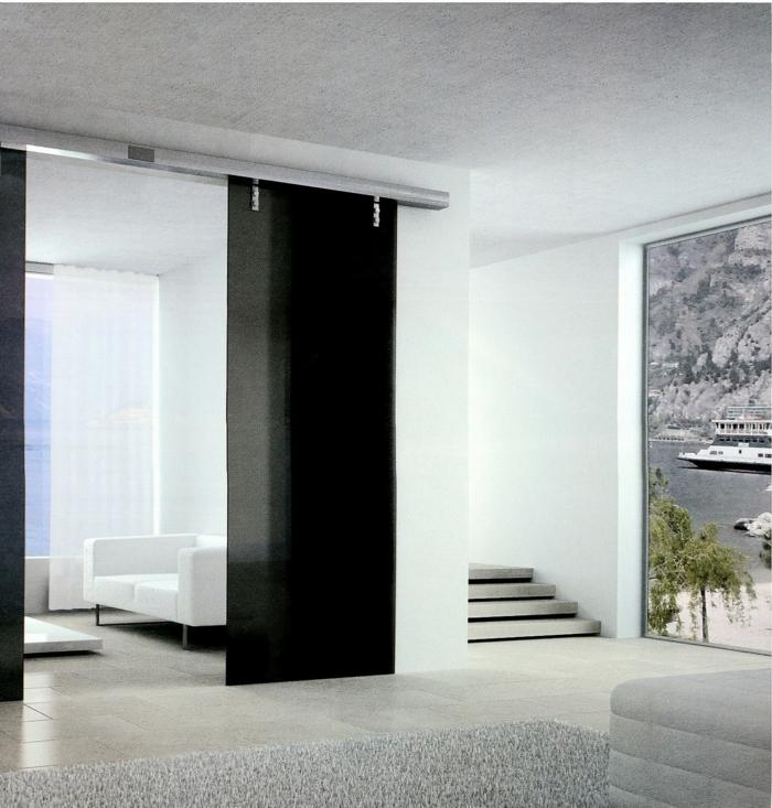 schwarze-Schiebetüren-mattes-Glas-Raumteiler-minimalistische-Einrichtung-weißes-Sofa