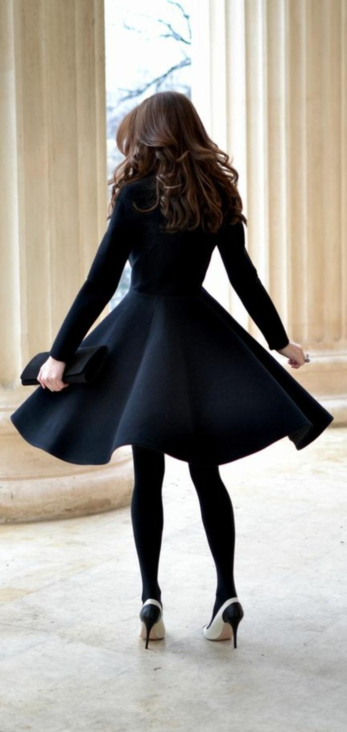 schwarzes-Cape-kokettes-Modell-elegante-Schuhe-Absatz