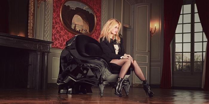 Der sessel in schwarz wirkt elegant und schick for Halloween zimmerdeko