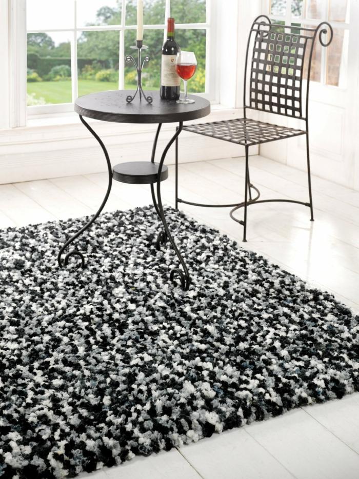 shaggy-teppich-weißer-raum-mit-großen-fenstern