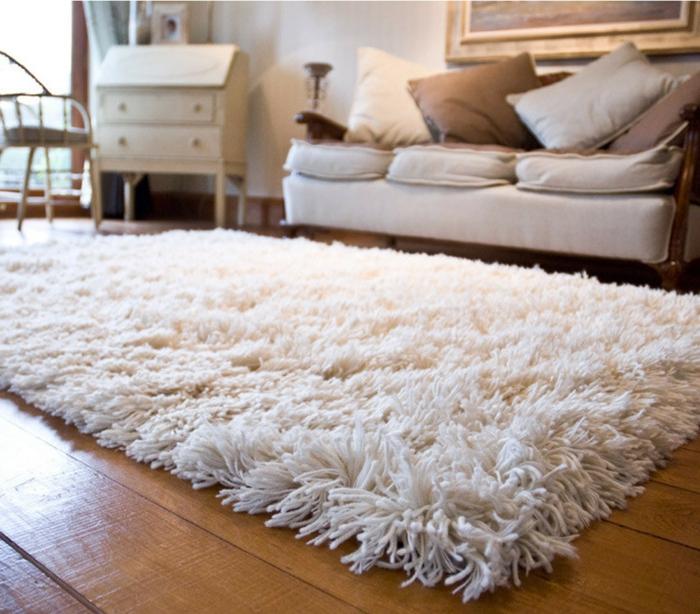 shaggy-teppich-weißes-sofa-und-moderner-teppich