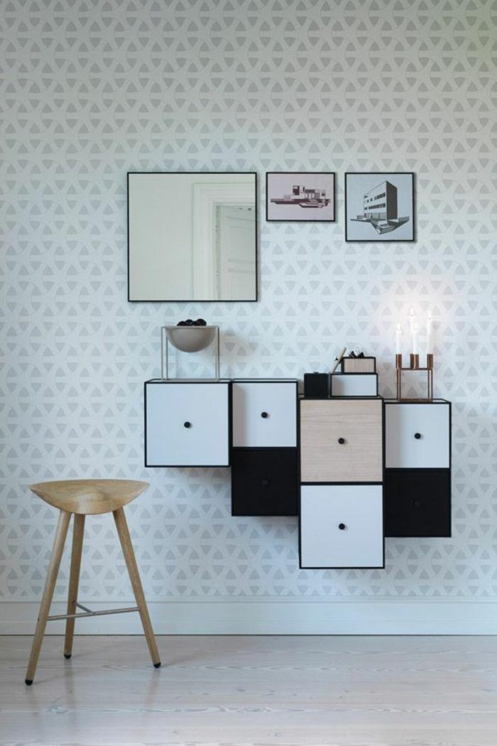 skandinavisches-Interieur-minimalistisch-weiße-Tapeten-graue-geometrische-Ornamente-rustikaler-Hocker-asymetrische-Regale