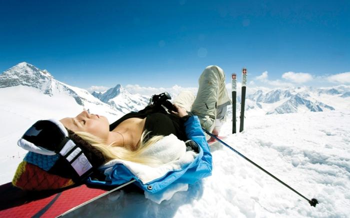 snowboard-wallpaper-eine-blonde-liegende-frau
