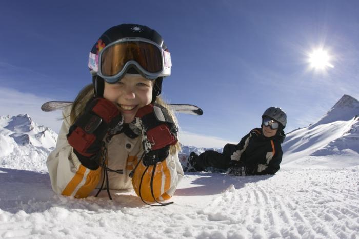 snowboard-wallpaper-kleines-lächelndes-mädchen-auf-dem-schnee