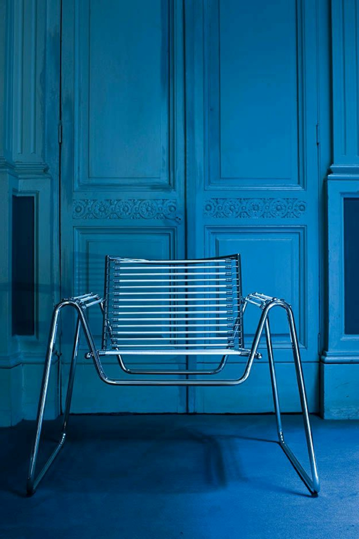 stühle-mit-ablehne-blaues-foto