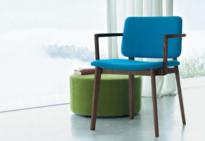 stühle-mit-ablehne-blaues-modell-neben-einem-grünen-hocker