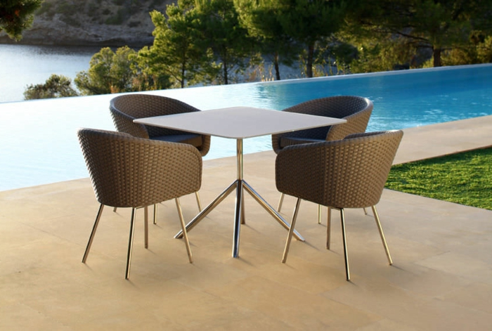 stühle-mit-ablehne-moderne-gestaltung-neben-dem-pool