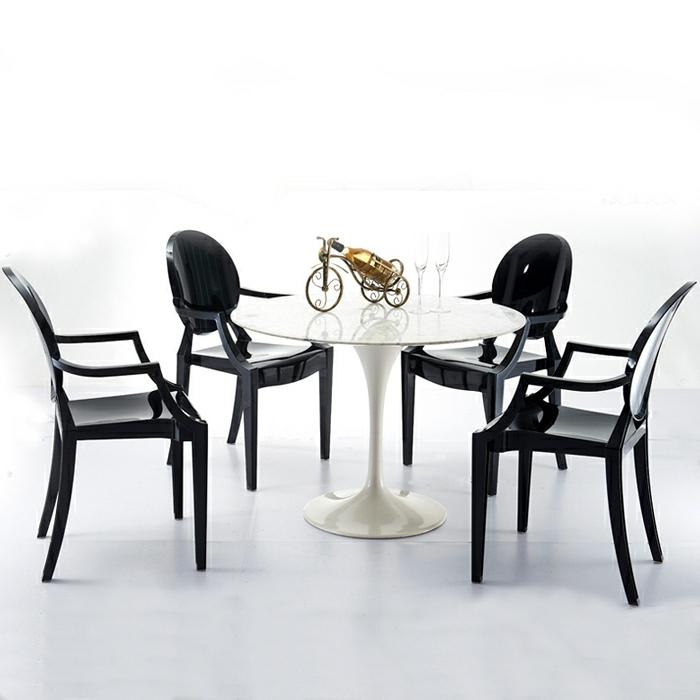 stühle-mit-ablehne-runder-tisch-und-viele-stühle