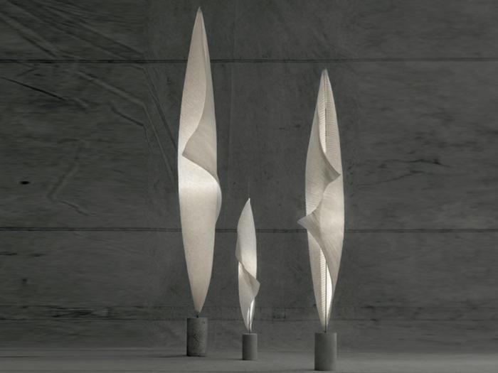 stehlampe-aus-papier-grauer-hintergrund