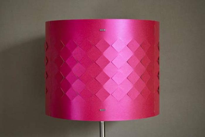 stehlampe-aus-papier-zyklamenfarbe